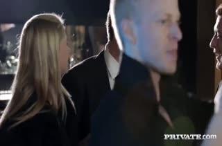 После вечеринки Anna Polina далась на групповое порно мужикам