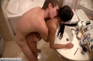 Парень развел молодую брюнетку на порно в ванной