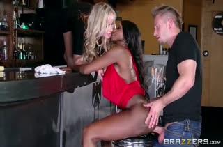 Телки с большими сиськами устроили групповое порно в баре