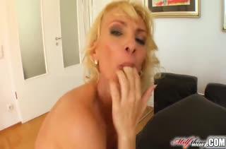 Шлюшковатую блондинку удовлетворили в два ствола