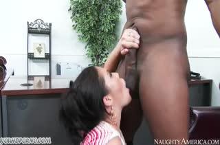 London Keyes занялась сексом с негром прямо на работе