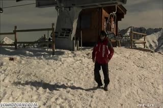 Лыжники устроили со своими спутницами групповое порно на вершине