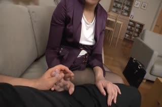 Shizuka Kanno сделала скромный минет перед камерой
