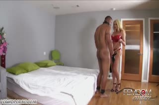 Summer Brielle в латексе трахает мужа страпоном