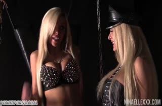 Блондинки с большими сиськами умело обращаются с вибратором