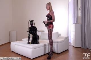 Две девочки в латексе играют в госпожу и рабыню