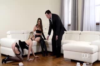 Жена с мужем развратили горничную на БДСМ порно