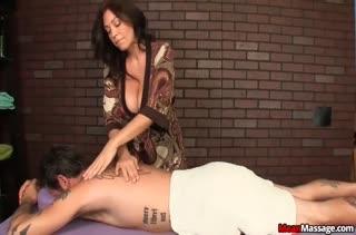 Зрелая грудастая телка надрачивает хер пациенту