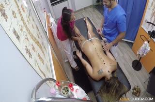 Доктор и его медсестра развлекаются с пациенткой