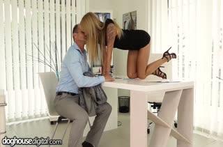Коллега замутил с красоткой Angel Piaff секс на работе