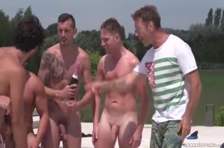Нимфоманка устроила с парнями групповуху на природе
