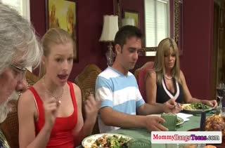 После семейного ужина бабенки устроили групповой секс