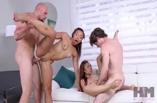 Две сексуальные девочки отрываются на пенисах своих парней