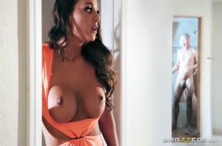 Abigail Mac подсматривала за мужиком в душе и соблазнила его на порно