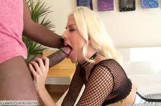 Jessie Volt в секс наряде и в чулках седлает черный хер