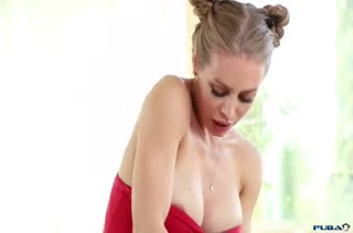 Белокурая Nicole Aniston ласково сделала минет