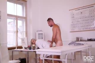 Миловидная докторша легко охмурила пациента на секс