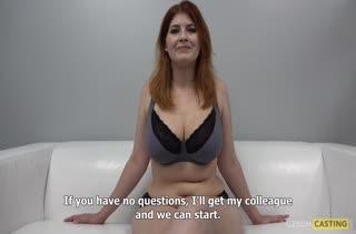 Пухлая рыжая телочка извивается на порно кастинге