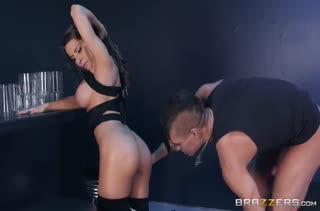 Madison Ivy делает минет музыканту и устраивает с ним порно