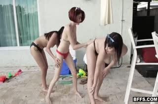 Три лесбиянки снимают домашнее групповое порно