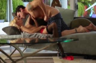 Erica Fontes в чулках охает от романтического секса