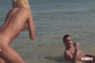 Barbie Banks отодрали в воде на пляже