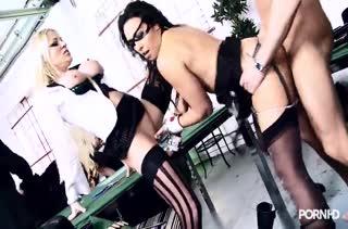 Бабенки в секс нарядах устроили горячее фетиш порно