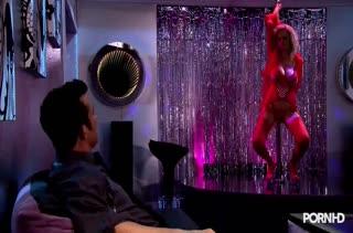 Фигуристые стриптизерши кувыркаются с парнями после танцев