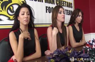 Девочки из группы поддержки устроили лесбо порно