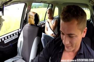 Таксист устроил порно с симпатичной пассажиркой