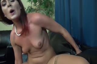 Рыжая жена разбудила мужа и залезла на его пенис