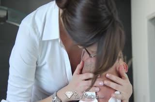 Сочная Holly Michaels испытывает с мужем страстные позы