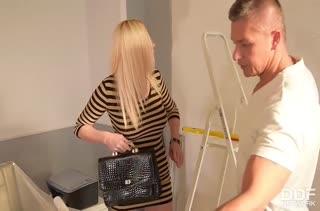 Блондинка с большой попкой постанывает от глубокого пениса