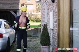 Зрелая мамочка блондинка расплатилась с пожарным натурой