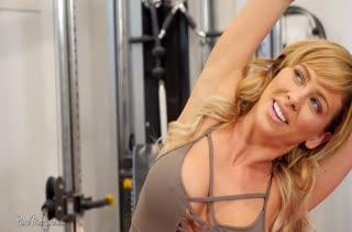 Спортивная мамка Cherie Deville широко раздвигает ноги
