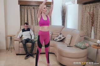 Спортивная блондинка в лосинах возбудила паренька на порно