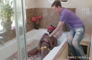 Пошлый белый сосед раскрутил Osa Lovely на оргию в ванной