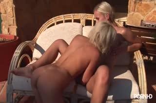 Блондинки лесбиянки кайфуют от сексуальных ласк
