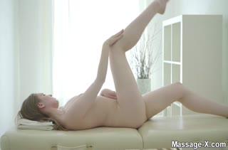 Блондинку угостили спермой после порно массажа