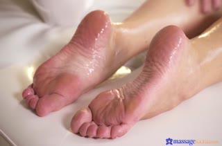 Масляная телочка возбудилась на секс с массажистом