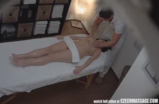 Возбужденную сисястую брюнетку трахнули у массажиста