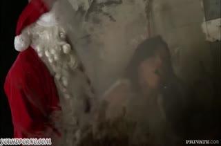 Темноволосую мамку Санта угостил своим стояком