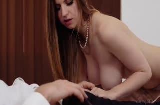 После суперского минета Stella Cox залезла на толстый пенис