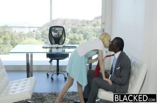 Негр жарит большим хером скромную блондинку Odette Delacroix