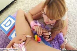 Две молодые лесбочки трахаются секс игрушками
