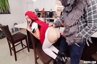 Красная шапочка Kharlie Stone устроила порно с волком