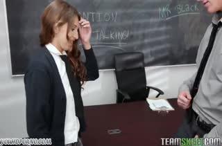 Молодая студенточка запросто соблазнила препода
