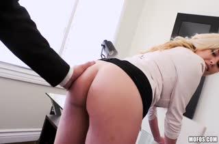 Доступная блондинка не против секса с коллегой на работе