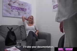 Блондинка с большой грудью проходит секс собеседование