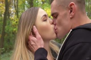 После прогулки в парке русская пара устроила красивое порно